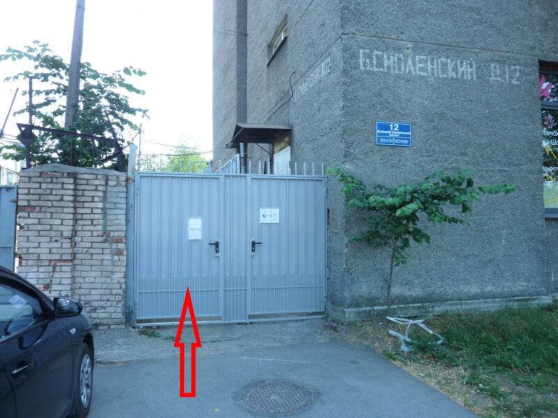 Временный вход в здание с левого торца